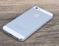 Minsk, Bielorrusia - 16 de abril de 2016: IPhone 5, 5S de Apple Versi blanco Imagen de archivo