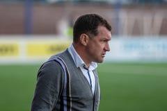 MINSK, BIELORRUSIA - 7 DE ABRIL DE 2018: Sergei Gurenko, primer entrenador del dínamo Minsk de FC reacciona durante la liga prime Imagen de archivo libre de regalías