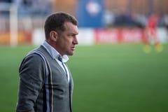 MINSK, BIELORRUSIA - 7 DE ABRIL DE 2018: Sergei Gurenko, primer entrenador del dínamo Minsk de FC reacciona durante la liga prime Fotografía de archivo libre de regalías