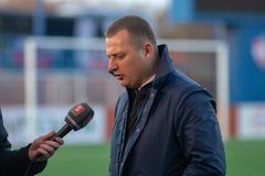 MINSK, BIELORRUSIA - 7 DE ABRIL DE 2018: Vitaly Zhukovsky, primer entrenador de FC Isloch da entrevista después del primero minis Fotografía de archivo