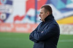 MINSK, BIELORRUSIA - 7 DE ABRIL DE 2018: Vitaly Zhukovsky, primer entrenador de FC Isloch mira durante la liga primera bielorrusa Imágenes de archivo libres de regalías