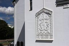 MINSK, BIELORRUSIA - 1 DE AGOSTO DE 2013: Bajorrelieve en la fachada lateral del complejo de la iglesia de la catedral del Espíri Foto de archivo libre de regalías
