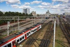 Minsk, Bielorrusia - 15 de agosto de 2016: el tren regional alinea los restos en la estación del Minsk-pasajero de la estación imágenes de archivo libres de regalías