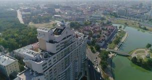 Minsk, Bielorrusia - 27 de agosto de 2018: Edificio residencial, tráfico de ciudad en la calle almacen de video