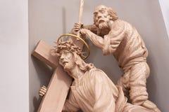 MINSK, BIELORRUSIA - 1 DE AGOSTO DE 2013: Esculturas de madera de una catedral barroca de Roman Catholic de la Virgen María del s Foto de archivo