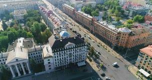 MINSK, BIELORRUSIA - 27 DE AGOSTO DE 2018: Tráfico de ciudad del hotel de Europa en la calle, tejados almacen de video