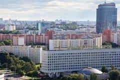 MINSK, BIELORRUSIA - 15 DE AGOSTO DE 2016: Vista aérea de la parte occidental del Minsk con los altos edificios fotos de archivo libres de regalías