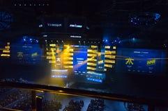 MINSK, BIELORRUSIA - 17 de enero de 2016 campeonato de Starladder de Dota 2 y huelga contraria: Ofensiva global Arena de Esports Imágenes de archivo libres de regalías
