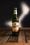MINSK, BIELORRUSIA - 7 DE ENERO DE 2017: Botella de cerveza de Staropramen aislada en el fondo blanco La cervecería de Staroprame foto de archivo