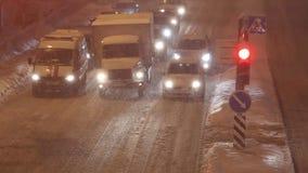 MINSK, BIELORRUSIA - 13 de enero de 2016: Calle nevada del invierno en la noche teniendo en cuenta las lámparas y las linternas d metrajes