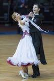 Minsk, Bielorrusia 18 de febrero de 2017: Los pares no identificados de la danza realizan programa europeo estándar de la juventu Foto de archivo