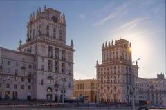Minsk, Bielorrusia - 8 de julio de 2018: Torres de los edificios de la señal dos que simbolizan las puertas de Minsk fotografía de archivo libre de regalías