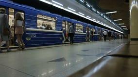 MINSK, BIELORRUSIA - 14 DE JUNIO DE 2018: el metro de Minsk, estación de Grushevka, gente indefinida está esperando la llegada de metrajes