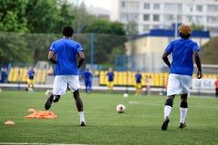 MINSK, BIELORRUSIA - 29 DE JUNIO DE 2018: Jugadores de fútbol que entrenan antes del partido de fútbol bielorruso de la liga prim Imagen de archivo