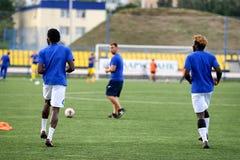 MINSK, BIELORRUSIA - 29 DE JUNIO DE 2018: Jugadores de fútbol que entrenan antes del partido de fútbol bielorruso de la liga prim Fotografía de archivo libre de regalías