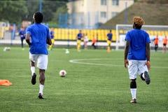 MINSK, BIELORRUSIA - 29 DE JUNIO DE 2018: Jugadores de fútbol que entrenan antes del partido de fútbol bielorruso de la liga prim Fotografía de archivo