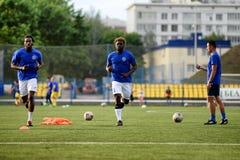 MINSK, BIELORRUSIA - 29 DE JUNIO DE 2018: Jugadores de fútbol que entrenan antes del partido de fútbol bielorruso de la liga prim Fotos de archivo libres de regalías