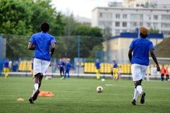 MINSK, BIELORRUSIA - 29 DE JUNIO DE 2018: Jugadores de fútbol que entrenan antes del partido de fútbol bielorruso de la liga prim Imágenes de archivo libres de regalías