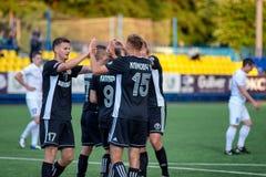 MINSK, BIELORRUSIA - 24 DE JUNIO DE 2018: Los jugadores de fútbol celebran meta durante el partido de fútbol bielorruso de la lig imagenes de archivo