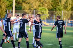MINSK, BIELORRUSIA - 24 DE JUNIO DE 2018: Los jugadores de fútbol celebran meta durante el partido de fútbol bielorruso de la lig Fotografía de archivo libre de regalías