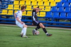 MINSK, BIELORRUSIA - 24 DE JUNIO DE 2018: Los jugadores de fútbol luchan para la bola durante el partido de fútbol bielorruso de  foto de archivo