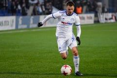 MINSK, BIELORRUSIA - 31 DE MARZO DE 2018: Jugador de fútbol con la bola durante el partido de fútbol bielorruso de la liga primer foto de archivo