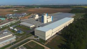 Minsk/Bielorrusia - 20 de mayo de 2019: Cantidad aérea El edificio de la situación de la planta en el campo almacen de video
