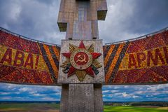 MINSK, BIELORRUSIA - 1 DE MAYO DE 2018: Ciérrese para arriba del complejo conmemorativo de Khatyn de la colina de la gloria, monu Imagen de archivo libre de regalías