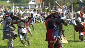 Minsk, Bielorrusia - 13 de mayo de 2017: Batalla de caballeros medievales duelo Festival de la reconstrucción histórica militar metrajes