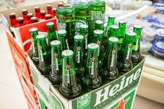 MINSK, BIELORRUSIA - 22 DE MAYO DE 2019: Heineken Lager Beer es una cerveza rubia holandesa Botellas de cerveza de cristal Heinek imagenes de archivo