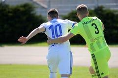 MINSK, BIELORRUSIA - 6 DE MAYO DE 2018: Los jugadores de fútbol luchan para la bola durante el partido de fútbol bielorruso de la Foto de archivo