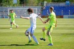 MINSK, BIELORRUSIA - 6 DE MAYO DE 2018: Los jugadores de fútbol luchan para la bola durante el partido de fútbol bielorruso de la Fotos de archivo
