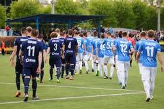MINSK, BIELORRUSIA - 14 DE MAYO DE 2018: Los jugadores de fútbol van a la hierba antes del partido de fútbol bielorruso de la lig Imágenes de archivo libres de regalías