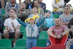 MINSK, BIELORRUSIA - 23 DE MAYO DE 2018: Pequeña fan que se divierte durante el partido de fútbol bielorruso de la liga primera e Fotografía de archivo