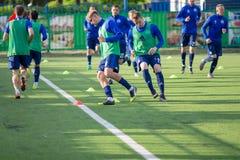 MINSK, BIELORRUSIA - 14 DE MAYO DE 2018: Playes del fútbol que entrenan antes del partido de fútbol bielorruso de la liga primera Imagenes de archivo