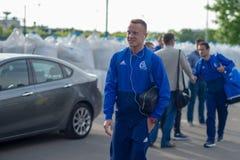 MINSK, BIELORRUSIA - 14 DE MAYO DE 2018: Sonrisa del jugador de fútbol BYKAU ARTSEM antes del partido de fútbol bielorruso de la  Foto de archivo libre de regalías