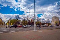 MINSK, BIELORRUSIA - 1 DE MAYO DE 2018: Vista al aire libre de los coches y del traffict del somse en la calle central de la aven Fotos de archivo