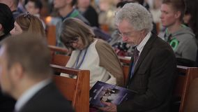 Minsk, Bielorrusia - 6 de octubre de 2018: Philip Yancey que se sienta en conferencia Foro cristiano Conferencia cristiana con metrajes