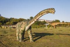 Minsk, Bielorrusia - 17 de septiembre de 2017: dinosaurio en dinopark Parque de atracciones con los dinosaurios Foto de archivo