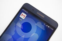 Minsk, Bielorrusia - 17 de septiembre de 2017: Icono de Gmail app en el primer moderno de la exhibición del smartphone en el fond Imágenes de archivo libres de regalías