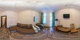 MINSK, BIELORRUSIA - DICIEMBRE DE 2013: opini?n en peque?o hotel del cuarto de invitados, panorama incons?til completo del panora fotos de archivo libres de regalías