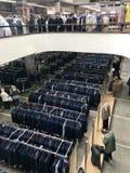 MINSK, BIELORRUSIA, EL 24 DE ABRIL DE 2018; Centro comercial, ropa que cuelga en los estantes Los compradores toman una decisión, Foto de archivo