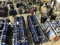 MINSK, BIELORRUSIA, EL 24 DE ABRIL DE 2018; Centro comercial, ropa que cuelga en los estantes Los compradores toman una decisión, Imagenes de archivo