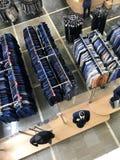 MINSK, BIELORRUSIA, EL 24 DE ABRIL DE 2018; Centro comercial, ropa que cuelga en los estantes Los compradores toman una decisión, Fotos de archivo libres de regalías