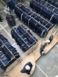MINSK, BIELORRUSIA, EL 24 DE ABRIL DE 2018; Centro comercial, ropa que cuelga en los estantes Los compradores toman una decisión, Imágenes de archivo libres de regalías