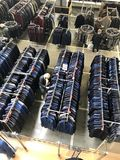 MINSK, BIELORRUSIA, EL 24 DE ABRIL DE 2018; Centro comercial, ropa que cuelga en los estantes Los compradores toman una decisión, Imagen de archivo