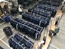 MINSK, BIELORRUSIA, EL 24 DE ABRIL DE 2018; Centro comercial, ropa que cuelga en los estantes Los compradores toman una decisión, Fotografía de archivo libre de regalías