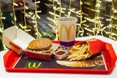 Minsk, Bielorrusia, el 3 de enero de 2018: Menú grande de la hamburguesa del mac en un restaurante del ` s de McDonald Foto de archivo libre de regalías
