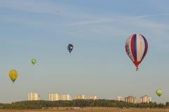 Minsk-Bielorrusia, el 19 de julio de 2015: Diversos Aire-globos que elevan y mantienen flotando durante la taza internacional de  Fotos de archivo