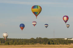 Minsk-Bielorrusia, el 19 de julio de 2015: Diversos Aire-globos que elevan y mantienen flotando durante la taza internacional de  Imagen de archivo